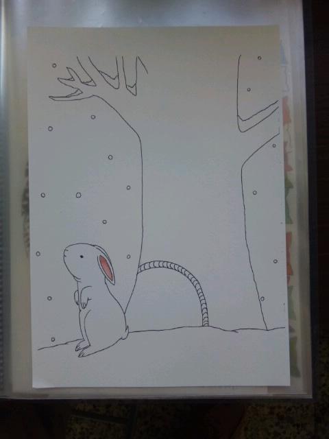 ももふくふく 巣穴から出て降る雪を眺めるウサギ