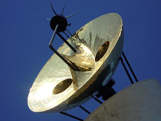 写真:太陽の塔の金色の顔。