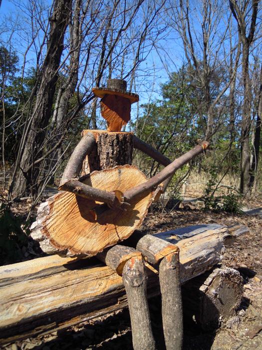 ギターを演奏する木の人形。