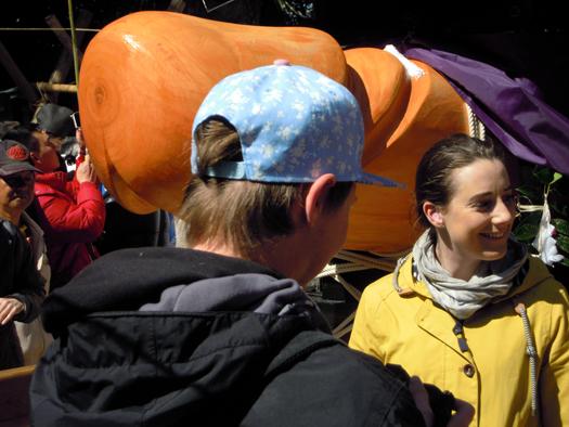 豊年祭の神輿と外人美女。