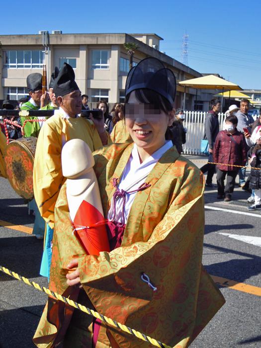 豊年祭のカワイイ巫女さん。