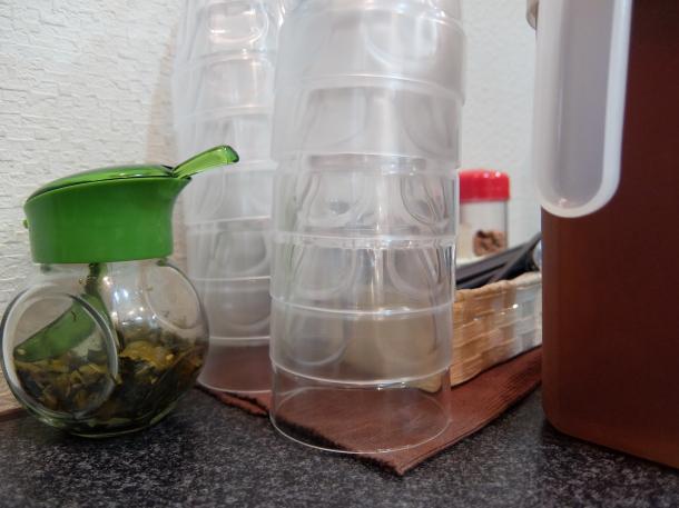 麦茶のコップと高菜