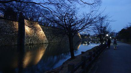 夕闇迫る姫路城