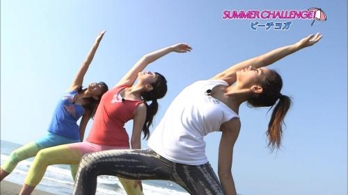 筧美和子&久松郁実、ビーチヨガで揺れるバストに下乳がこぼれそうなビキニショー