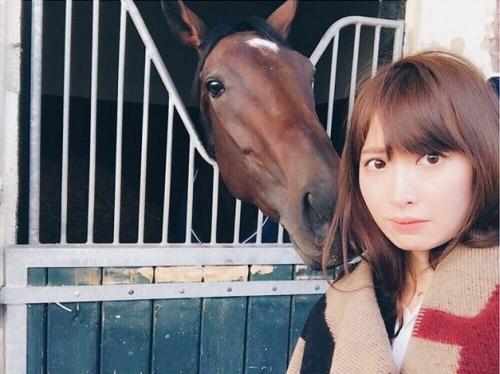 小嶋陽菜が仏・凱旋門賞観戦、トレヴと対面 「小柄で美しい」
