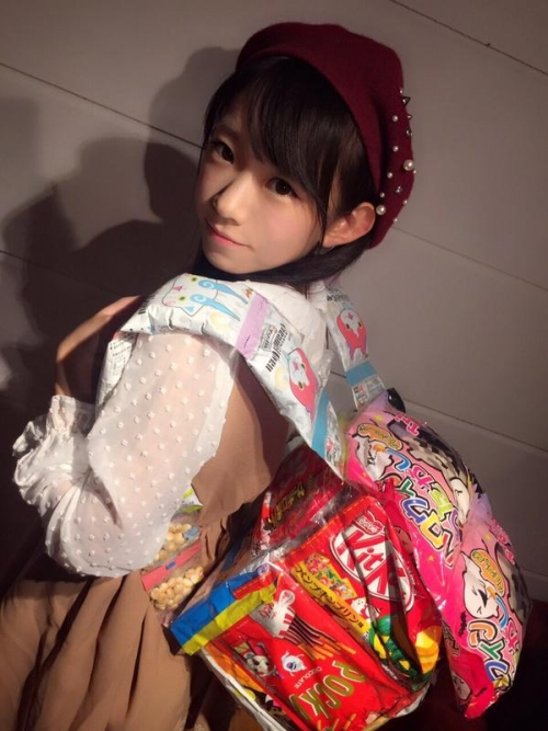 見た目が中学生のFカップの長澤茉里奈さん(19) 「みてみてー!!お菓子のランドセル!!」