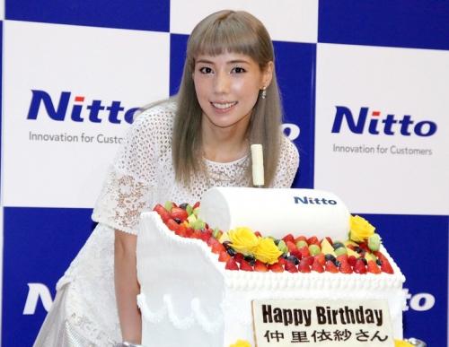 仲里依紗、サプライズの「コロコロ」バースデーケーキに大感激 銀髪姿でイベント登場