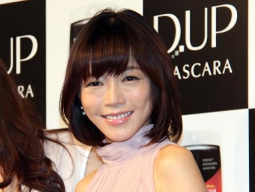 CM発表会の釈由美子の顔が不安 「明らかにおかしな箇所がある」「全体的にボコボコ」「ものもらい?」「整形って怖い」