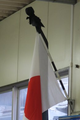 ある駅内で弔旗の掲揚