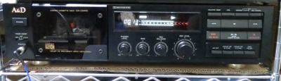 ラックの中。上にDD-VR77が置いてあります。