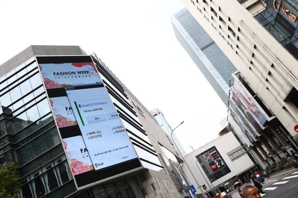 街頭の巨大スクリーン広告が『Windows 10』のアップデートで妨害される珍事!