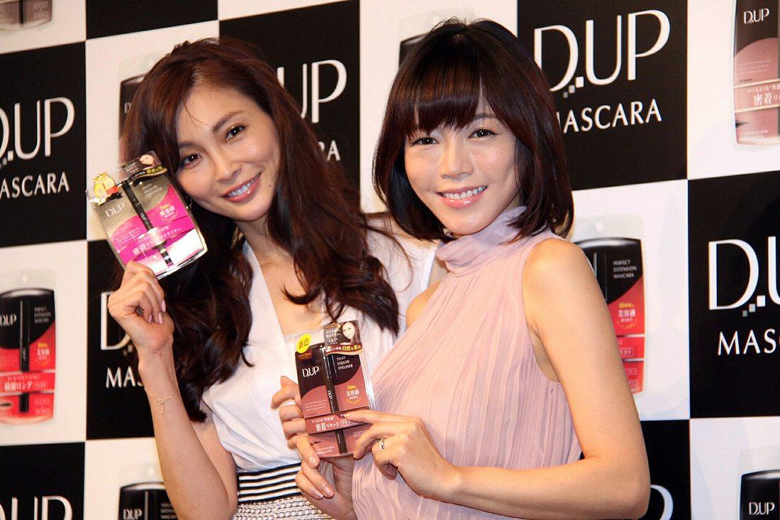 「D.UP(ディーアップ)」の新CM発表会に登場した押切もえと釈由美子(顔面崩壊した釈由美子の顔)