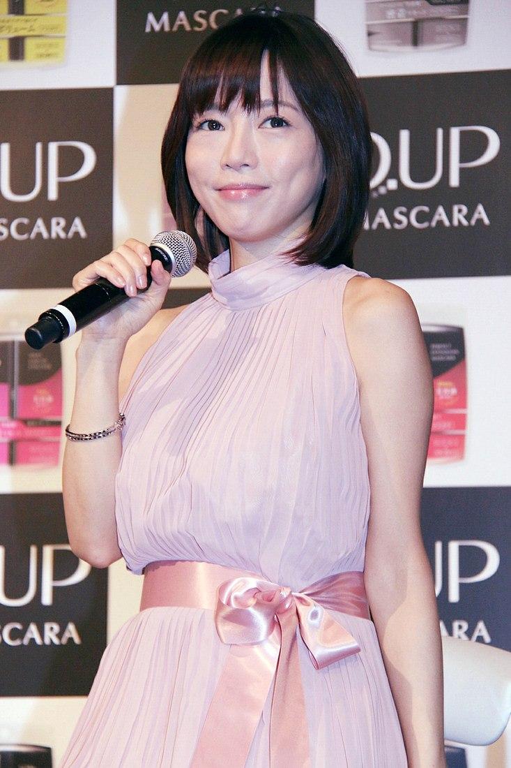 「D.UP(ディーアップ)」の新CM発表会に登場した釈由美子(劣化した釈由美子の顔)