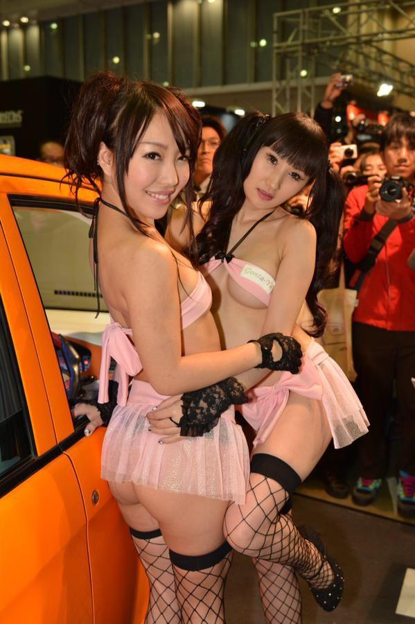 東京オートサロンで生尻丸出し衣装を着たキャンギャル(坂井伊織)