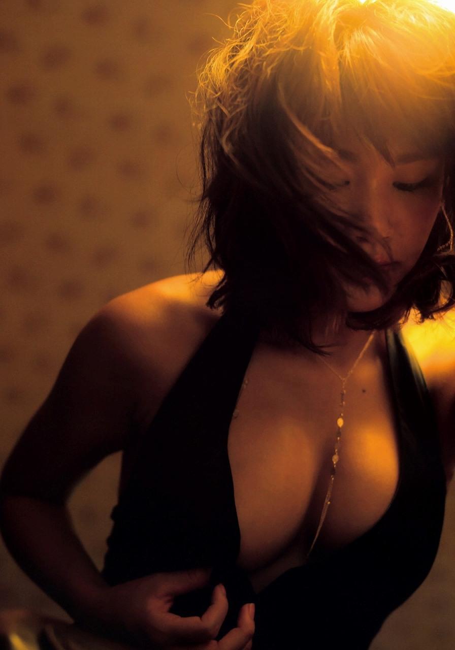 久松郁実ファースト写真集「La iku」画像、久松郁実のおっぱい谷間