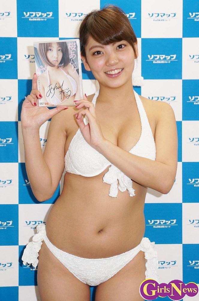 DVDの発売記念イベントでソフマップに登場した桜あんり