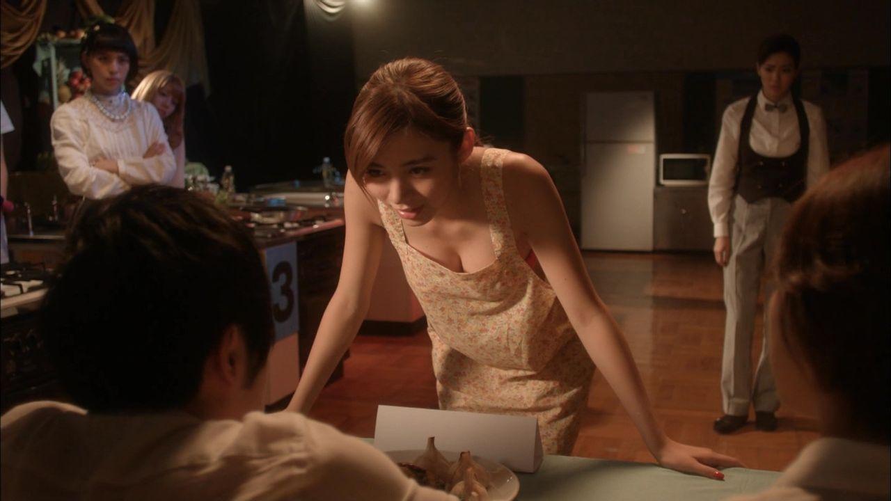 ドラマ「JKは雪女」で水着エプロンの池田エライザ