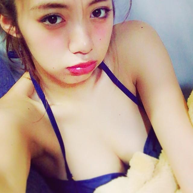 水着を着た池田エライザのおっぱい自撮り画像