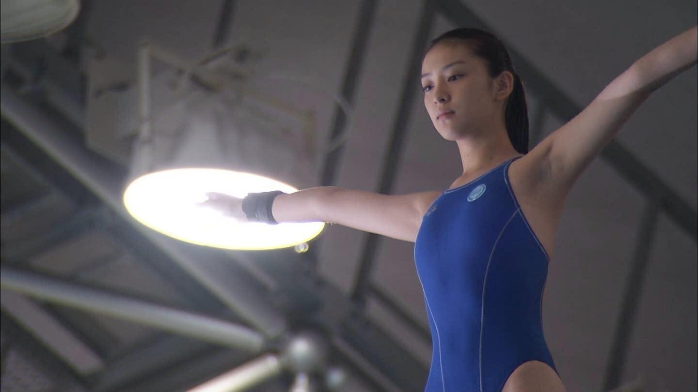ドラマ「GOLD」で競泳水着を着てる武井咲