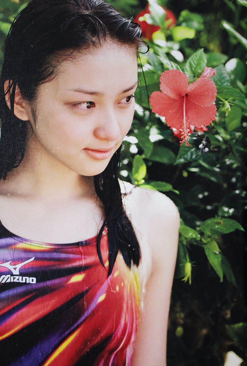 武井咲の競泳水着グラビア