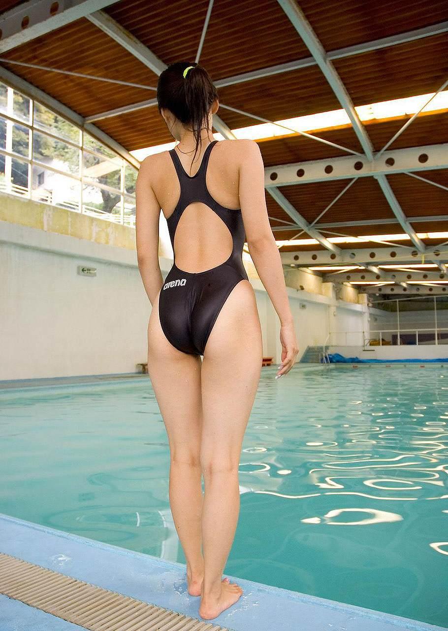 競泳水着が食い込んだ女のお尻