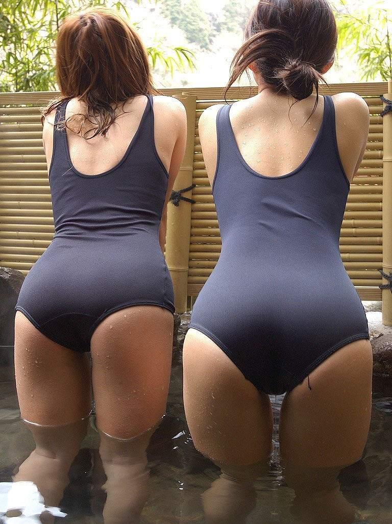 スクール水着を着た女の子のお尻