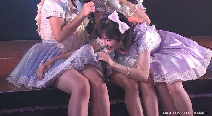 大和田南那のスカートをめくってのぞき込む渡辺麻友