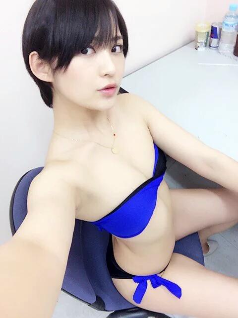 水着を着た鈴木咲の自撮り画像