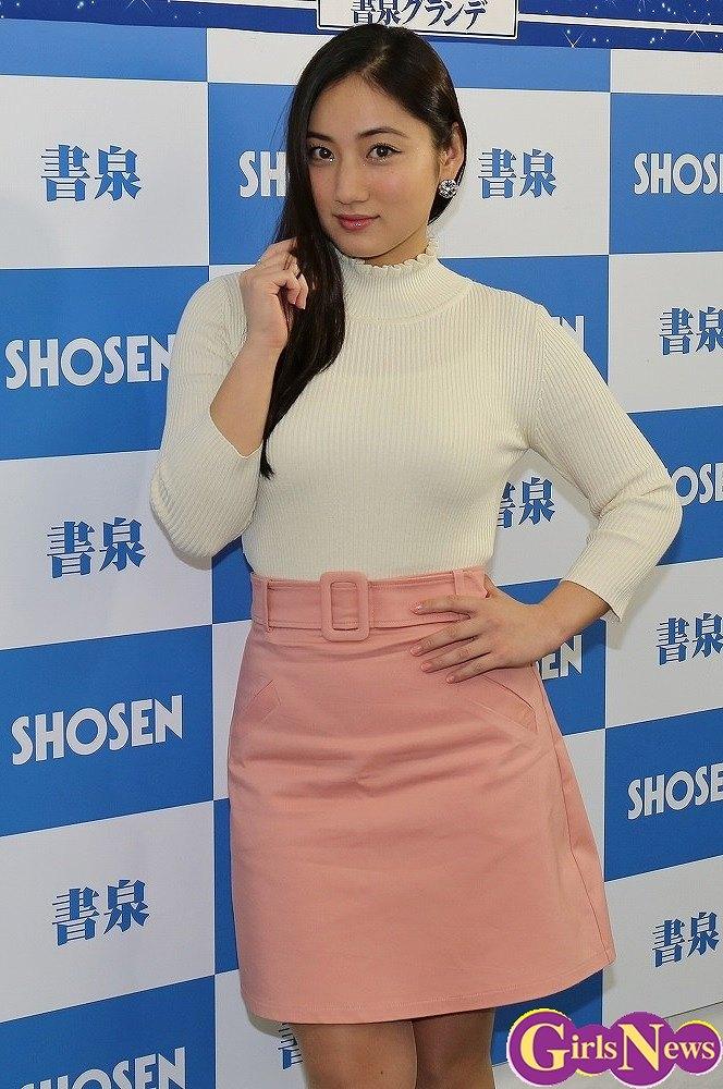 トレーディングカード『NATURAL』の発売記念イベントに登場した紗綾のニット着衣巨乳