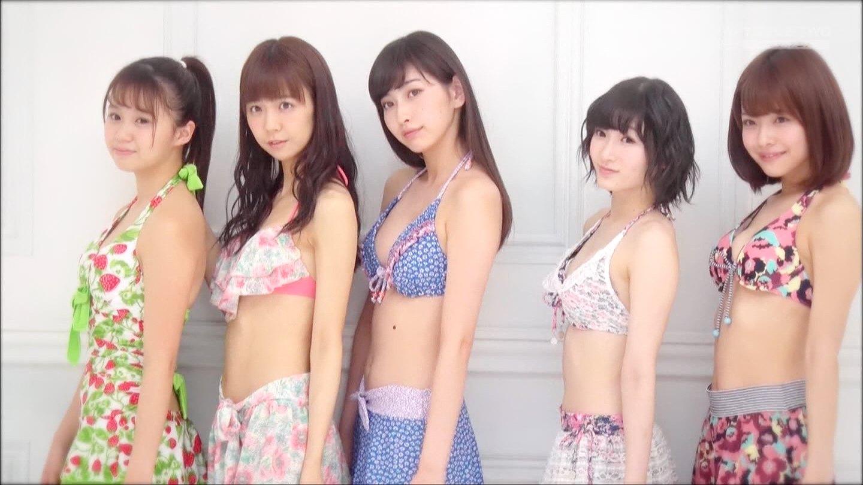 ビキニの水着を着たJuice=Juice(宮崎由加、金澤朋子、高木紗友希、宮本佳林、植村あかり)の横乳