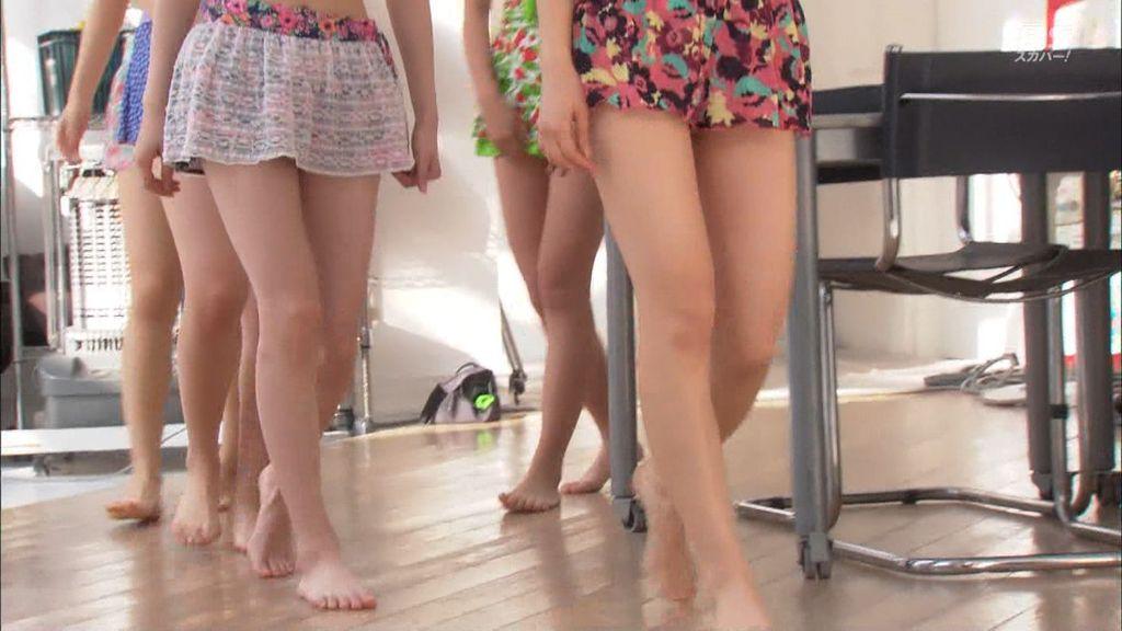 ビキニの水着を着たJuice=Juice(宮崎由加、金澤朋子、高木紗友希、宮本佳林、植村あかり)の脚