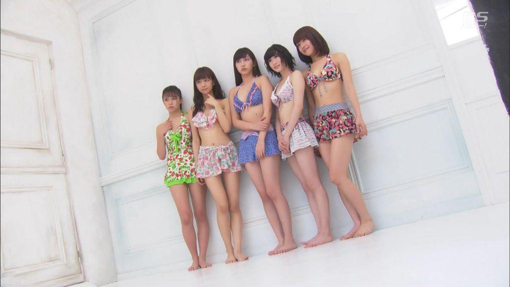 ビキニの水着を着たJuice=Juice(宮崎由加、金澤朋子、高木紗友希、宮本佳林、植村あかり)