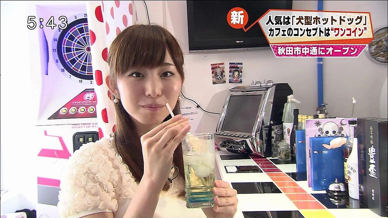 女子アナ時代、ジュースを飲む塩地美澄アナ