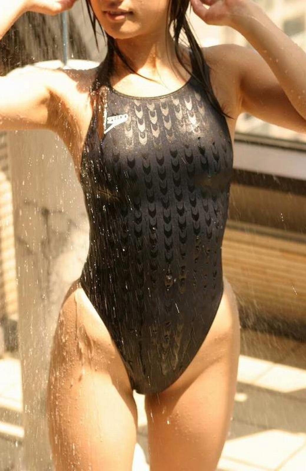 競泳水着を着た女