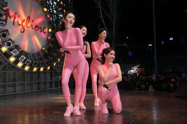 19禁衣装でゲリラライブをする韓国ガールズグループ「SIXBOMB」