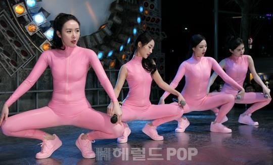 19禁衣装の全身タイツでゲリラライブをする韓国ガールズグループ「SIXBOMB」