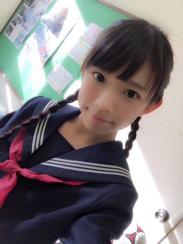 セーラー服を着た長澤茉里奈