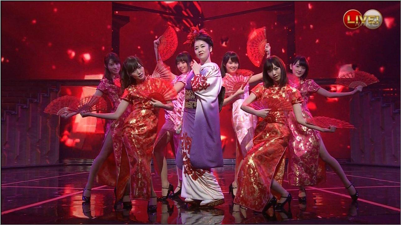 チャイナドレスを着た白石麻衣、生駒里奈