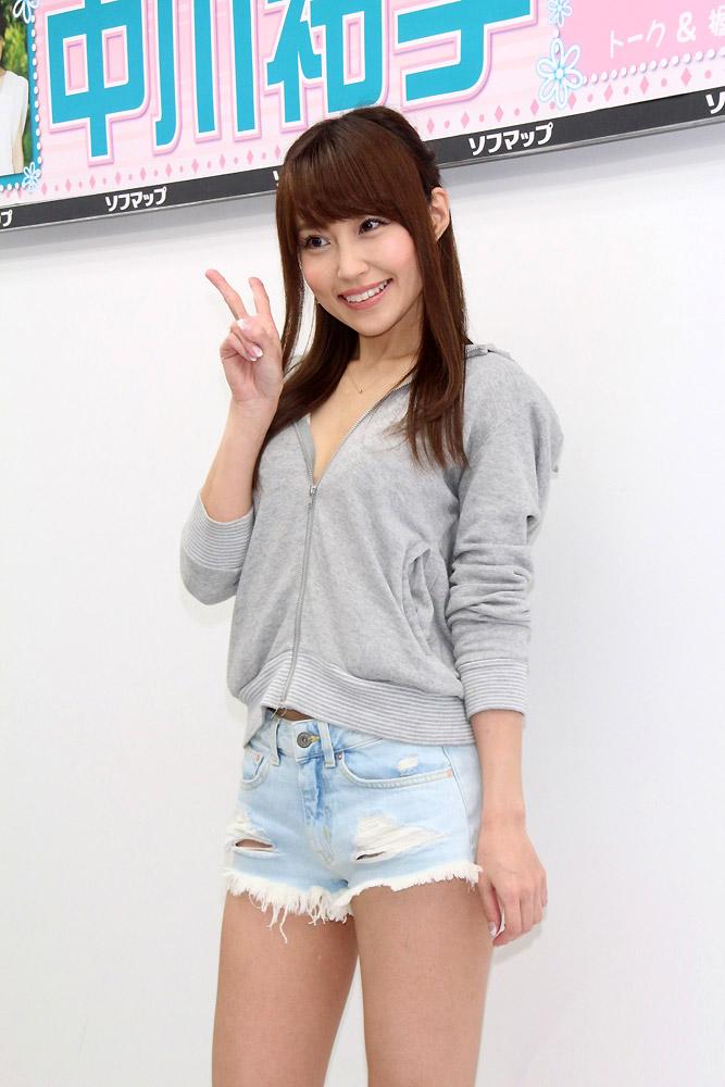 DVDの発売記念イベントでソフマップに登場した中川祐子