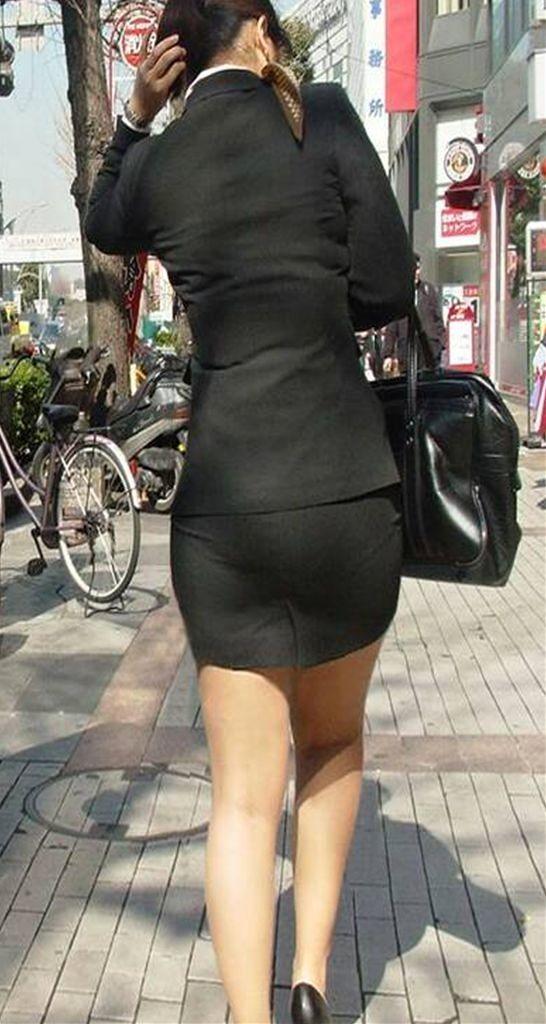 タイトスカートを履いた女のお尻