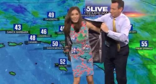 天気予報を伝える女子アナのワンピースがクロマキーでスケスケになってしまう放送事故