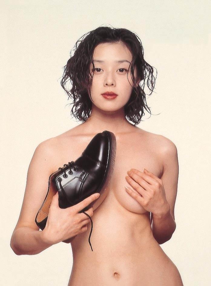 大塚寧々がホーキンスの広告で披露した靴ブラと手ブラ