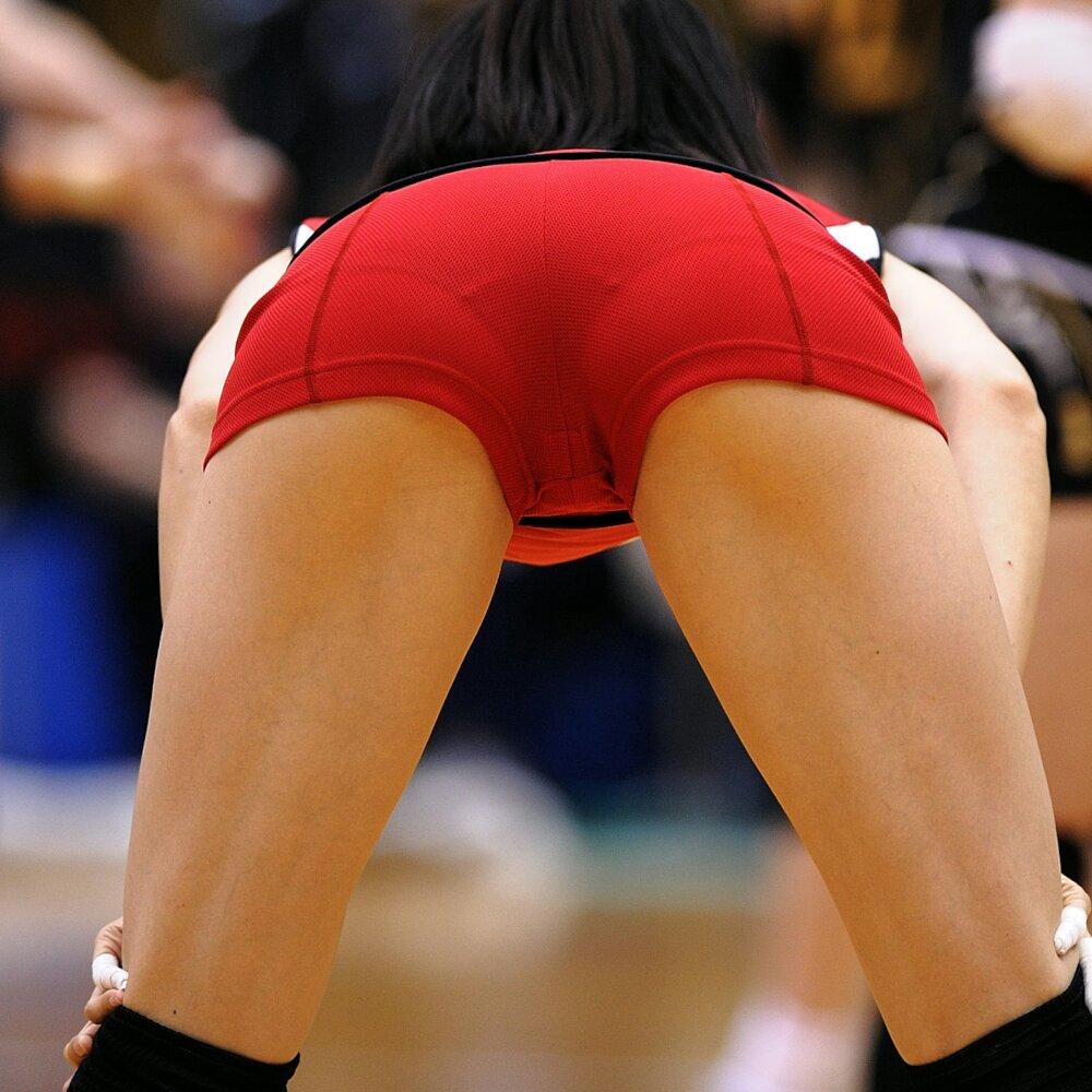 ピチピチのバレーユニフォームを履いてパンツが透け透けの女子バレー選手