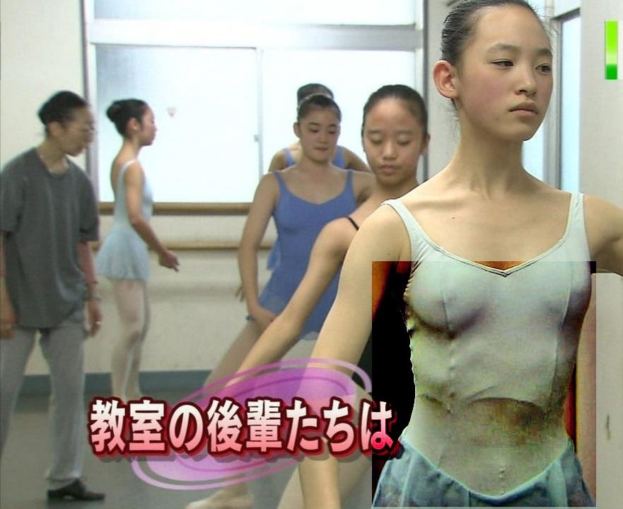 画像の彩度を変えておっぱいと乳首がスケスケになったレオタードを着たバレエ女子