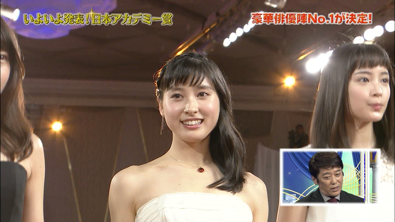 第39回日本アカデミー賞授賞式でレッドカーペットに立った土屋太鳳と広瀬すず