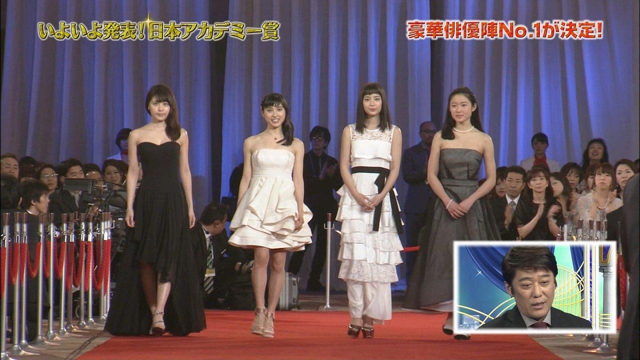 第39回日本アカデミー賞授賞式でレッドカーペットを歩く有村架純、土屋太鳳、広瀬すず、藤野涼子