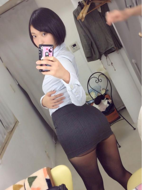 超ミニのタイトスカートを履いた倉持由香のエロ自撮り