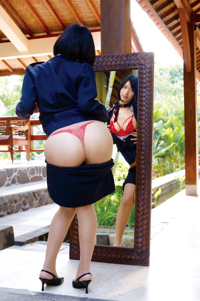 スーツを着てTバックお尻を露出した倉持由香のエロ自撮り