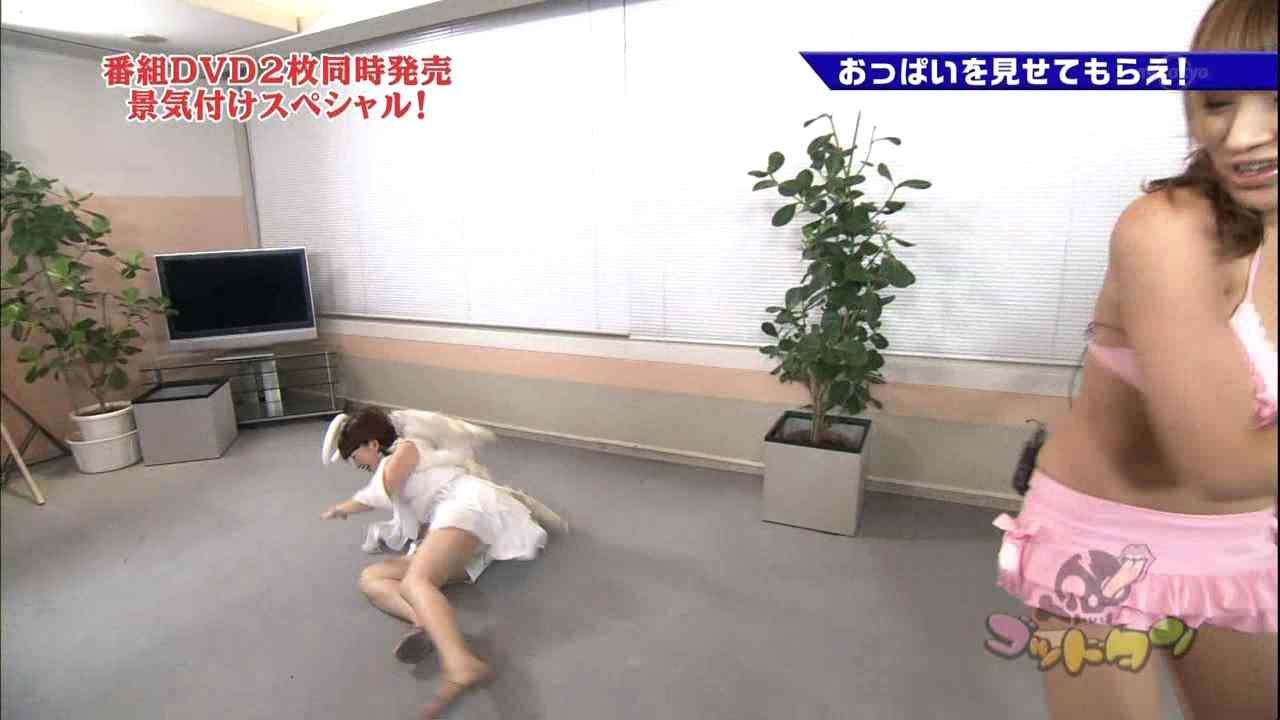 テレ東「ゴッドタン」おっぱいを見せてもらえ!、ショートパンツで転がって太もも丸出しの松丸友紀アナ