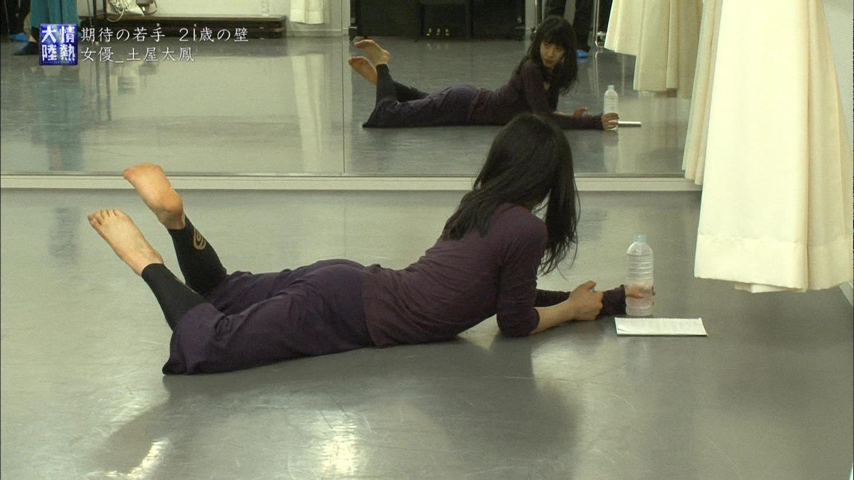 TBS「情熱大陸」、薄い服を着てストレッチする土屋太鳳のお尻